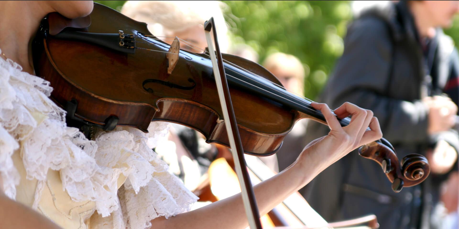 Frau beim Geigenspiel