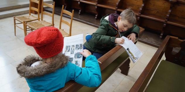 Zwei Kinder lesen im Kinderkirchenführer.