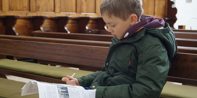 Moritz beim Lesen des Kinderkirchenführers ,© privat